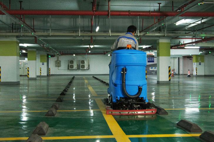 停车场清洁驾驶式洗地机